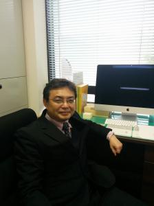 『臼山利信外国語教育部門長の写真』の画像